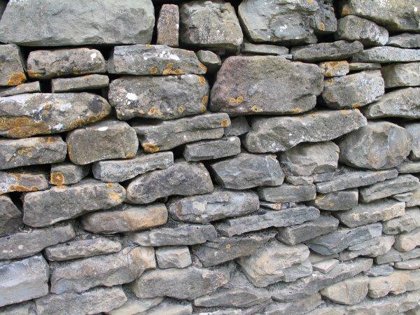un mur c'est comme un truc qui empêcherait quelqu'un d'aller à un endroit de l'aut' côté
